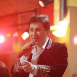 Поёт Михаил Михайлов
