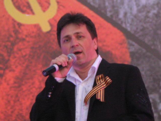 Патриотические песни исролняет Михаил Михайлов